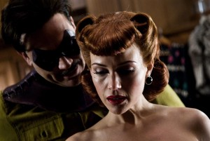 jeffrey_dean_morgan_as_the_comedian_and_carla_gugino_as_the_original_silk_spectre_watchmen_movie_image